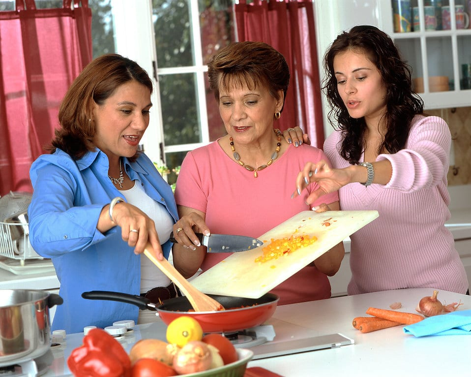 17045-hispanic-women-preparing-food-pv